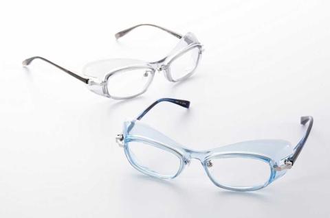 目の周囲を保護するため独自の加工をフレームに施したゴーグル型眼鏡。度入りレンズが使えるため、これまでのように眼鏡の上から改めてゴーグルを装着する必要がなく、視界がクリアになるという。医療従事者向けを狙い、透明感のあるブルーやグレーにした