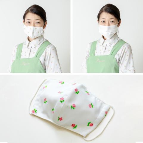 既存の制服をベースにデザインした独自マスクを着用した写真(左上)と、一般的な白いマスクを着用したときの写真(右上)。バラ柄のシャツと同じ生地を使用した独自マスクは、白いマスクに比べて制服に統一感がある。この他、若草色のエプロンと同じ生地を使ったマスクもある