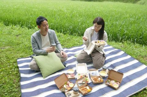大自然の中で朝食を味わえる「朝食ピクニック」。星野リゾート「リゾナーレ那須」の場合は、雄大な那須岳を見ながら楽しめる