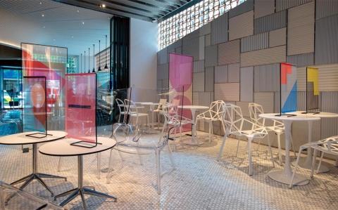 「INTERSECT BY LEXUS-TOKYO」の内部に設置された「フラッグパーティション」。透明なアクリル板よりも圧迫感が薄れ、鮮やかな色によって華やいだイメージになる