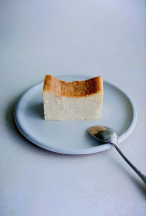 バニラ、レモン、トンカ豆の3つの香りを生かしたトーキョーチーズケーキ。極上の滑らかさで、口中に爽やかな甘みが広がる