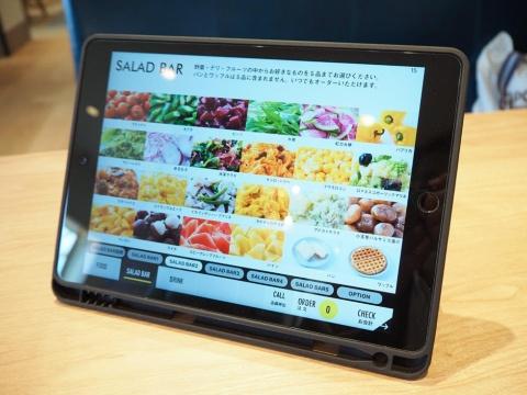 各テーブルにタブレット端末が設置してあり、サラダバーの野菜やフルーツを選ぶ