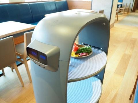 タブレットで注文してしばらく待つと、内部のトレーにサラダを載せたロボットが届けてくれる