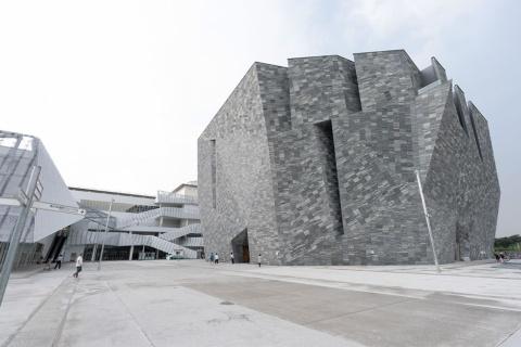 角川文化振興財団の「角川武蔵野ミュージアム」は20年8月1日にプレオープンした ⓒ角川武蔵野ミュージアム