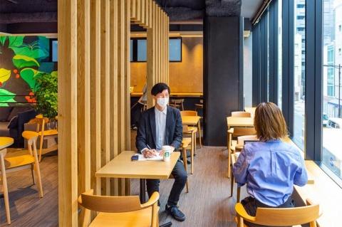 テーブルを組み合わせて、2人から12人までのミーティングや商談、ディスカッションなど多目的に使用できる