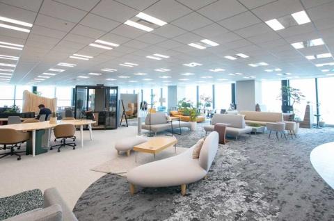 オカムラが2020年7月に東京・渋谷の「渋谷スクランブルスクエア」に設置した「CO-EN LABO」ではソファやテーブルが中心にあり、オフィスの概念を大きく変える