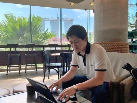 人財本部人財戦略部の東原祥匡氏。自身もシンガポールなどでワーケーションをしながら、制度の利用促進に知恵を絞る