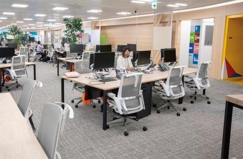 執務室は各部門が一体化している。これまでは事務用の机や椅子が中心だったが、広々とした空間には仕切りもない(写真/丸毛 透)