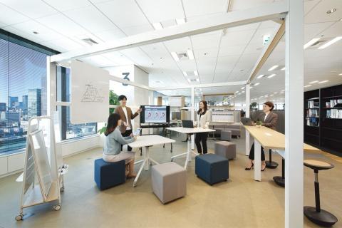 イトーキは2018年秋に首都圏のオフィスを東京・日本橋に集約。本社を「ITOKI TOKYO XORK」として新しい働き方を実践している。アイデアを考えるためのミーティングスペース。開放的な雰囲気にして、自由な意見を出せるようにしている(写真提供/イトーキ)