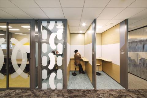 ウェブ会議などを行うスペースは、静かな空間を確保している(写真提供/イトーキ)