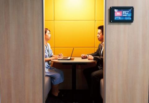 少人数で行うためのミーティングスペースが、オフィスの各所に配置されている(写真/名児耶 洋)