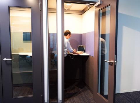ウェブ会議を実施するための個人用の静かな空間もある(写真/名児耶 洋)