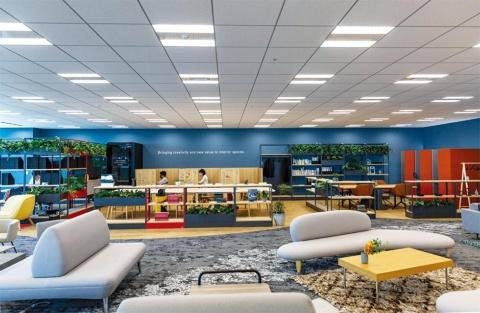 CO-EN LABOには、壁で囲まれた会議室のない空間にソファやテーブル、机や椅子などが混在している。好きな場所で仕事ができる
