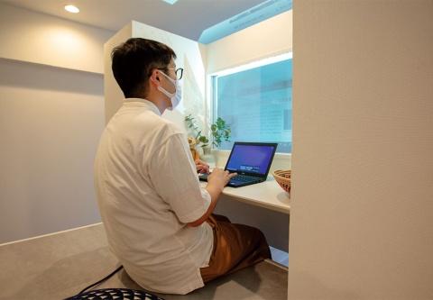 窓ガラスがあり、リコーの超短焦点プロジェクターを使うことでパソコン画面を投影できる(写真/丸毛 透)