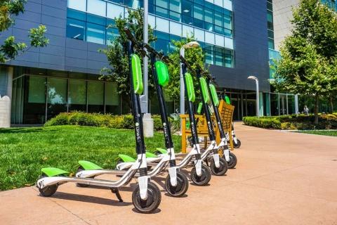 電動キックボードシェアリングサービスのLime(ライム)。米国ではMDS(Mobility Data Specification、モビリティデータ仕様)と呼ばれる官民連携のデータ仕様の下、次世代の交通まちづくりが始まっている(写真/Shutterstock)
