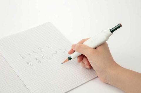 「しゅくだいやる気ペン」は、市販の鉛筆に機器を取り付けるだけで済む