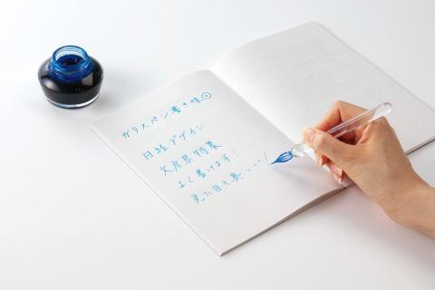 ガラスペンはペン先から本体の軸までガラス製。いろいろな色を楽しめる他、インク瓶に1回浸すだけで、どんどん書ける。書き味はなめらかだ。写真は、ハリオサイエンスの「毎日使いたいガラスペン」を試してみたところ