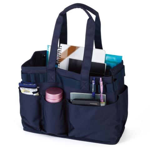 「ツールバッグ<ヨコ型>」。持ち手は長めで肩からかけることもできる。水筒も収納できて、そっと置いてもしっかりと自立する。価格は3980円(税別)