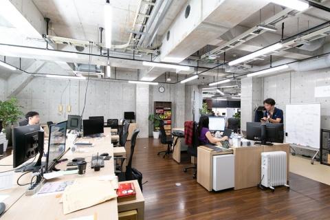 オフィスはコンクリート打ちっぱなしでオープンな空間