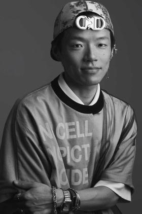 WWDJAPANの村上要編集長は1977年静岡県生まれ。東北大学教育学部を卒業後、静岡新聞社に入社。退職後は渡米して、ニューヨーク州立ファッション工科大学でファッション・コミュニケーションを学ぶ。現地でのファッション誌やライフスタイル誌の編集アシスタントを経験後、帰国。INFASパブリケーションズに入社し、2017年「WWDJAPAN.com」編集長に就任。21年4月、プリント、デジタルメディアを統括するWWDJAPAN編集長に就き、現在に至る