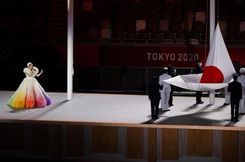 2021年7月23日に開催された東京五輪開会式で君が代を歌ったMISIAの衣装は「トモ コイズミ」が手掛けた(代表撮影:雑誌協会)