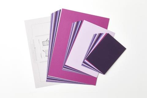 「紙の専門商社竹尾が選ぶ 色を楽しむ紙セット」<紫>。7色あり、封筒を作れる型紙なども付く。1350円