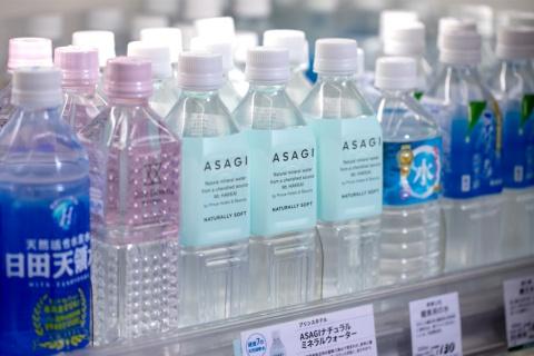 東京・青山にある「紀ノ国屋インターナショナル」の飲料コーナー。淡い水色のラベルのペットボトルが、プリンスホテルが商品化したナチュラルミネラルウオーター「ASAGI NATURALLY SOFT(アサギ ナチュラリー ソフト)」(写真/丸毛 徹)