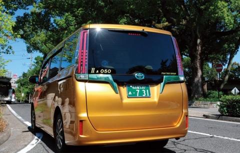 ベース車両はトヨタ自動車のワンボックスカー、エスクァイア。ガソリンとLPG(液化石油ガス)のバイフューエルハイブリッド。ナンバーの「7 31」は車両の運行開始日で、フジタクシーグループの創業記念日でもある