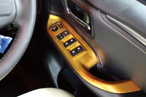 車内の各所も、ボディーと同色の金で塗装されている