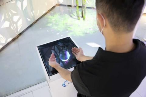 六本木にメルセデス・ベンツ日本が設けたショールーム「EQ House」では電気自動車(EV)のある近未来の暮らしを体験できる。「ASKA3D」はリビングルームに設置されている