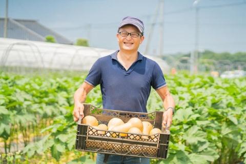 久松農園代表の久松達央(ひさまつ・たつおう)氏。1970年茨城県生まれ。94年慶応義塾大学経済学部卒業後、帝人を経て98年に茨城県土浦市で脱サラ就農。年間100種類以上の野菜を有機栽培し、個人消費者や飲食店に直接販売している。補助金や大組織に頼らない「小さくて強い農業」を模索。他の農場の経営サポートや自治体と連携した人材育成も行っている。著書に『キレイゴトぬきの農業論』(新潮新書)、『小さくて強い農業をつくる』(晶文社)