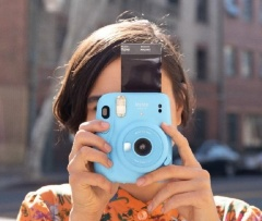 """2020年5月に発売したインスタント カメラ""""チェキ""""「instax mini 11」"""