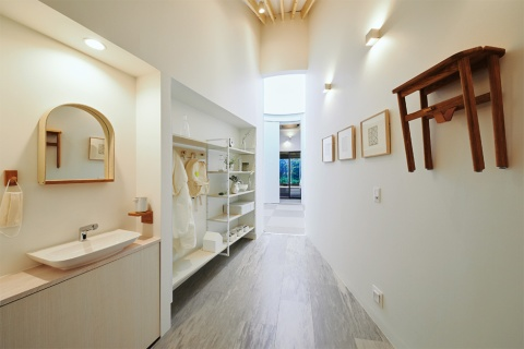 玄関を入ったスペースには、手洗いのためのタッチレス水栓やセンサー付きの照明器具、アウターを脱いでかけるラックを用意