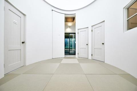 中央の「間」は、各部屋とつながる空間。ここで気持ちを切り替える