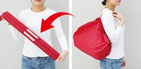 バッグの両端を引っ張ると一気に帯状に畳める。他にはないユニークな機構に多くの人が飛びついた