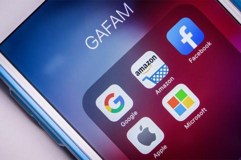 DXが広がる背景には、GAFAM(グーグル・アマゾン・フェイスブック、アップル、マイクロソフト)などによるデジタルディスラプションへの脅威もある(写真提供/Shutterstock)