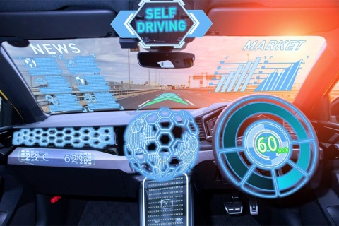 車載OSが運転をコントロールし、車内の乗客に娯楽も提供する時代がやってくる(写真/Shutterstock)