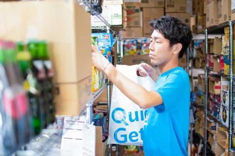 1エリアに対して1つの倉庫で対応。小・中規模の倉庫で1000SKU程度を用意する。保存しやすい商品が多いが、牛乳やおにぎり、本格的な弁当などもラインアップする。コンビニなどには置いていない珍しい商品もある