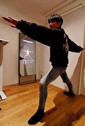 ヨガマット1枚分ほどのスペースがあれば楽しめる(デバイスは高さ168センチのデモ用モデル)。画面はタッチ操作が可能で、ワークアウト中でも簡単に操作できる