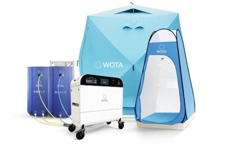 ホワイトの「WOTA BOX」とシャワー用のテントセット。避難所50人分の1日当たりの生活用水を1台で供給できるように装置を設計している