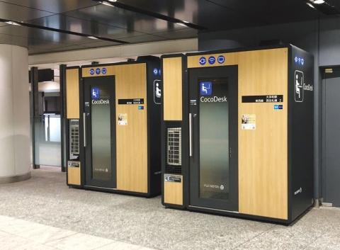 東京メトロ大手町駅の構内に置いた「CocoDesk」のブラック。ブースの外形は横1.53×奥行き1.10×高さ2.4メートルで、引き戸で出入りする。独自技術で空調から出る水を気化させて処理するなど、設置する周囲の環境にも気を使っている(写真提供/富士ゼロックス)