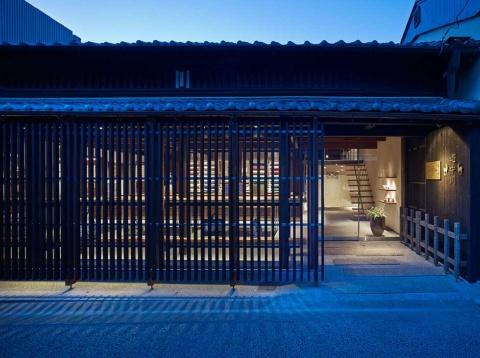奈良公園にも近い人気の観光スポット、ならまちに店を構える「遊 中川 本店」。奥にはグループ会社が運営するお茶の新業態「茶論」の店舗がある