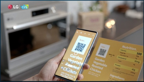 家電連携プラットフォーム「ThinQ」はオープン化し、多彩な企業の参入を促す。製品のQRコードを読み取ってオーブンに最適な調理データを送信しているイメージを見せた