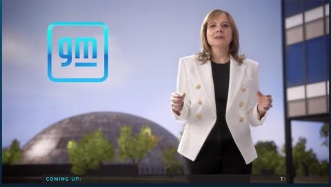 米ゼネラル・モーターズのメアリー・バーラCEO。GMは企業ロゴも、電動化をイメージしたデザインに変更した