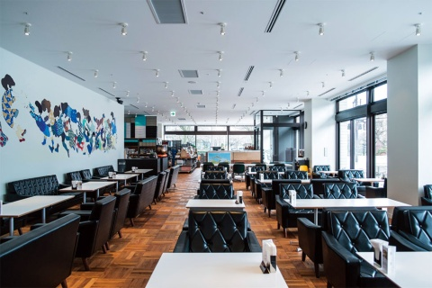 D&DEPARTMENT富山店のカフェスペースでは、カリモク60のロビーチェアを使用している