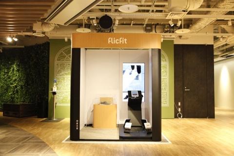 羽田空港第1ターミナルに無人の靴販売店が開業した。売り場はわずか1坪だ