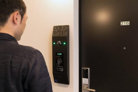 「変なホテル」でもグローリーの顔認証システムを採用している
