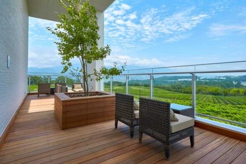 360度ブドウ畑に囲まれており、2階テラスからの眺望は抜群