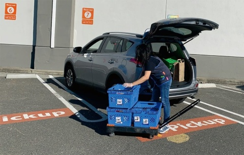 ウォルマートでは、購入した商品をトランクに入れてもらう「カーブサイドピックアップ」のサービスを多数の店舗で展開している。駐車場についたらアプリで連絡する(撮影/シリコンバレー支局)