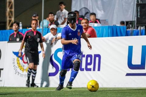 パラリンピックの正式種目にもなっているブラインドサッカー(5人制サッカー/Football 5-a-side)。ゴールキーパー以外が全盲の選手で、アイマスクを装着し、音の出るボールを使ってプレーする (C)JBFA/H.Wanibe